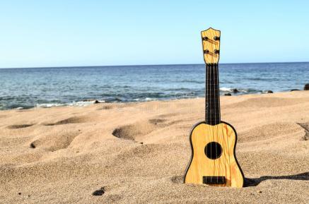 guitarra-en-la-playa-de-la-arena-65967114